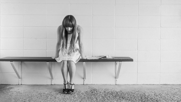 What are the signs of a depressed person?